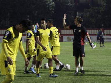 Pelatih Bhayangkara FC, Paul Munster, memberikan arahan kepada pemainnya saat latihan di Stadion PTIK, Jakarta, Jumat (18/10). Jelang hadapi Tira Persikabo, Bhayangkara latihan tertutup. (Bola.com/Yoppy Renato)