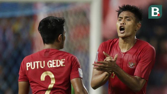 Bek Timnas Indonesia, Fachruddin Aryanto, memberikan semangat kepada rekannya saat melawan Thailand pada laga Piala AFF 2018 di Stadion Rajamangala, Bangkok, Sabtu (17/11). Thailand menang 4-2 dari Indonesia. (Bola.com/M. Iqbal Ichsan)