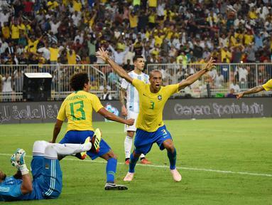 Bek Brasil, Miranda, melakukan selebrasi usai membobol gawang Argentina, pada laga persahabatan di Stadion King Abdullah, Jeddah, Selasa (16/10/2018). Brasil menang 1-0 atas Argentina. (AFP/STR)