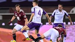Bek Fiorentina, Nikola Milenkovic (tengah) menguasai bola dibawah tekanan dua pemain Torino dalam laga lanjutan Liga Italia 2020/21 pekan ke-20 di Olympico Grande Stadium, Jumat (29/1/2021). Fiorentina bermain imbang 1-1 dengan Torino. (LaPresse via AP/Fabio Ferrari)