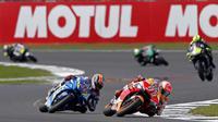 Pembalap Suzuki Ecstar, Alex Rins, menjadi juara MotoGP Inggris setelah memenangi duel dramatis dengan Marc Marquez. (AFP/ Adrian Dennis)