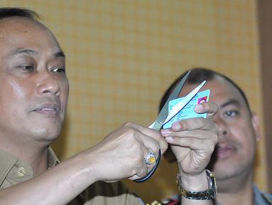 Dirjen Dukcapil Zudan Arif Fakrulloh megunting E-KTP saat konferensi pers di Mapolres Bogor, Cibinong (28/4). Saat ini E-KTP yang tercecer sebanyak satu dus dan seperempat karung  dijadikan barang bukti kepolisian Resort Bogor. (Merdeka.com/Arie Basuki)