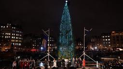 Cahaya kerlap-kerlip pohon Natal setelah tradisi penyalaan lampu di Trafalgar Square, Kamis (6/12). Setiap tahun London mendapat pohon Natal dari Norwegia sebagai tanda terima kasih atas dukungan Inggris selama perang dunia II. (Ben STANSALL / AFP)