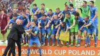 Timnas Ukraina U-20 merayakan gelar Piala Dunia U-20 2019 setelah mengalahkan Korsel di final dengan skor 3-1 di Lodz Stadium, Polandia, Sabtu malam WIB (15/6/2019). (AFP/Alik Keplicz)