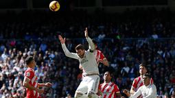 Pemain Real Madrid Sergio Ramos (tengah) memberi isyarat setelah menyundul bola saat melawan Girona dalam lanjutan La Liga di Stadion Santiago Bernabeu, Madrid, Spanyol, Minggu (17/2). Los Blancos kalah 1-2 dari Girona. (AP Photo/Andrea Comas)
