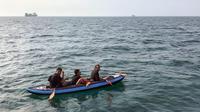Imigran menggunakan perahu kecil berusaha menyeberangi Selat Channel ke Inggris (AFP)