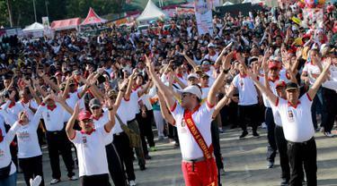 Kapolda Gorontalo, Brigjen Pol Rachmat Fudail (depan kiri) saat mengikuti kegiatan Millenial Road Safety Festival di kawasan Taruna Remaja Kota Gorontalo, Minggu (10/2). (Liputan6.com/Rahmad Arfandi Ibrahim)