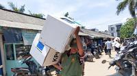 Salah satu petugas PPS di Kabupaten Banyuasin Sumsel membawa kotak suara saat Pemilu, Rabu (17/4/2019) (Liputan6.com / Nefri Inge)