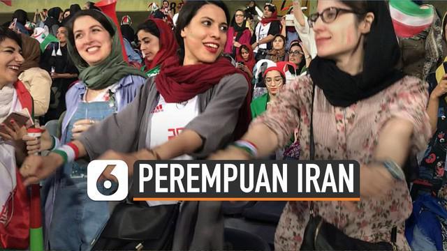 Akhirnya perempuan Iran dibolehkan melihat pertandingan sepakbola langsung. Mereka menunggu selama 38 tahun untuk merasakan momentum itu.