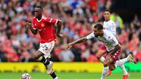 Bek Manchester United atau MU Aaron Wan-Bissaka mengungguli gelandang Aston Villa Douglas Luiz dalam pertandingan Liga Inggris di Old Trafford, Sabtu, 25 September 2021. (Paul ELLIS / AFP)