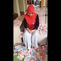 Wanita ini dilempari uang oleh istri sah dari pria yang disebut dikencaninya. (Sumber Foto: Twitter