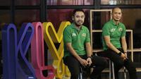 Mantan pemain Timnas Indonesia, Kurniawan Dwi Yulianto dan Ponaryo Astaman saat mengunjungi kantor Bola.com di Jakarta, Kamis (28/2). Kunjungan tersebut dalam rangka sosialisasi acara MILO Football Championship 2019. (Bola.com/M Iqbal Ichsan)