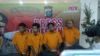 Empat tersangka pengeroyokan ahli IT Hermansyah dihadirkan saat konferensi pers di Polda Metro Jaya, Kamis (13/7/2017). (Liputan6.com/Apriana Nurul Aridha)