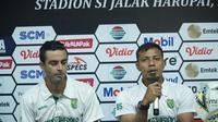 Asisten pelatih Persebaya Sugiantoro mensyukuri hasil yang diraih timnya. (Huyogo Simbolon)