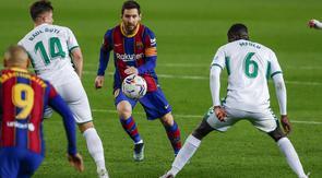 Penyerang Barcelona, Lionel Messi (tengah) berusaha merebut bola dibayangi pemain Elche pada lanjutan Liga Spanyol di Camp Nou, Kamis (25/2/2021) dini hari WIB. Barcelona menang 3-0 melalui Lionel Messi yang mencetak dua gol, sedangkan satu gol lagi dicetak Jordi Alba. (AP Photo/Joan Monfort)