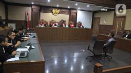 Mantan Dirut PT Mugi Rekso Abadi, Soetikno Soedarjo mendengarkan dakwaan jaksa di Pengadilan Tipikor, Jakarta, Kamis (26/12/2019). Soetikno didakwa menyuap mantan Dirut Garuda Indonesia Emirsyah Satar terkait pengadaan pesawat dan mesin pesawat di PT Garuda Indonesia. (Liputan6.com/Herman Zakharia)