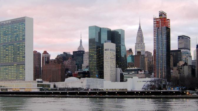 (bangunan berwarna putih memanjang) Markas PBB di New York (Wikimedia Commons)