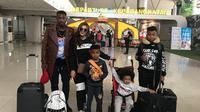 Striker PSM, Guy Junior, bersama keluarga sebelum terbang ke Kamerun untuk merayakan Natal 2018 dan Tahun Baru 2019. (Bola.com/Abdi Satria)