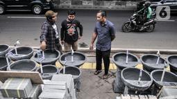 Perajin melayani calon pembeli wastafel batu alam di Jakarta, Rabu (15/7/2020). Dalam sebulan, Awan (30) mengaku dapat meraup omzet Rp20 juta dari hasil penjualan wastafel batu alam. (merdeka.com/Iqbal Nurgoho)
