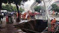 Lubang dalam terbentuk setelah sebuah trotoar amblas di China, Minggu, 7 Oktober 2018 (AFP)