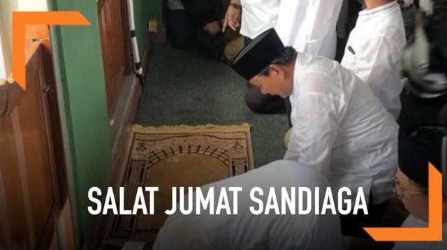 Capres Prabowo Subianto melakukan sujud syukur usai melaksanakan salat Jumat di Masjid Al Azhar Jakarta.