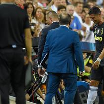 Pemain Juventus, Cristiano Ronaldo meninggalkan lapangan usai menerima kartu merah saat melawan Valencia pada matchday pertama Grup H Liga Champions, di Stadion Mestalla, Rabu (19/9). Berurai air mata dia meninggalkan Stadion Mestalla. (AP/Alberto Saiz)