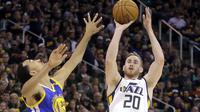 Gordon Hayward (20) forward Utah Jazz mencoba melewati hadangan Shaun Livingston (34) di Semifinal Wilayah Barat NBA, Senin (8/5/2017) di Salt Lake City. (AP Photo/Rick Bowmer)