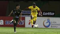 Gelandang Bhayangkara FC, Bruno Matos, berebut bola dengan pemain Tira Persikabo pada laga Shopee Liga 1 di Stadion PTIK, Jakarta, Sabtu (19/10). Bhayangkara menang 2-0 atas Tira Persikabo. (Bola.com/Yoppy Renato)