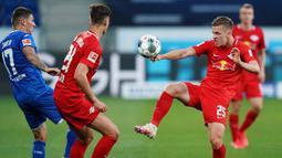 Gelandang RB Leipzig, Dani Olmo, berebut bola dengan pemain Hoffenheim pada laga lanjutan Bundesliga peka ke-30 di Rhein-Neckar Arena, Sabtu (13/6/2020) dini hari WIB. Leipzig menang 2-0 atas Hoffenheim. (AFP/Uwe Anspach/Pool)