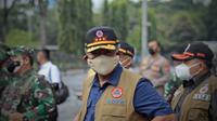 Ketua Satgas COVID-19 Ganip Warsito meninjau pelaksanaan Serbuan Vaksin di GBK Jakarta, Minggu (11/7/2021). (Dok BNPB)