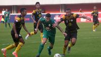 Gelandang andalan PSS, Brian Ferreira (tengah) dikepung pemain Barito Putera dalam laga di Stadion Maguwoharjo, Sleman, Sabtu (27/7/2019). (Bola.com/Vincentius Atmaja)