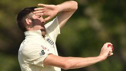 Pemain Inggris Craig Overton bersiap melempar bola saat bertanding melawan Cricket Australia XI pada hari ketiga pertandingan tur empat hari Ashes di Stadion Tony Ireland di Townsville (17/11). (AFP Photo/Peter Parks)