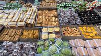 Berbagai pilihan kue tradisional di Pasar Kue Subuh Melawai. (dok. liputan6.com/Novi Thedora)