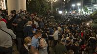 Kerusuhan di parlemen Serbia akibat lonjakan Virus Corona (COVID-19). Dok: AP Photo