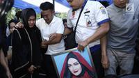 Ibunda Julia Perez, Sri Wulansih dan Ruben Onsu menangis saat mengantar jenazah Julia Perez untuk dimakamkan di TPU Pondok Ranggon, Jakarta Timur, Sabtu (10/6). Jupe diketahui mengidap sakit kanker serviks sejak 2014 silam. (Liputan6.com/Herman Zakharia)