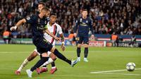 Pemain depan Real Madrid, Karim Benzema menendang bola dalam laga Grup A Liga Champions melawan Paris Saint-Germain (PSG) di Parc des Princes, Rabu (18/9/2019). PSG berhasil menaklukkan tamunya Real Madrid 3-0. (Lucas BARIOULET / AFP)