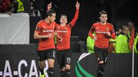 Gelandang Rennes, Benjamin Bourigeaud (tengah) berselebrasi usai mencetak gol ke gawang Arsenal pada pertandingan leg pertama 16 besar Liga Europa di Roazhon Park Prancis (7/3). Bourigeaud mencetak dua gol dipertandingan ini. (AFP Photo/Loic Venance)