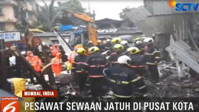 Pesawat jatuh saat coba mendarat di Mumbai. Dua pilot dan dua teknisi yang ada di dalam pesaawat dikabarkan tewas.