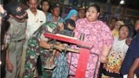 Gadis obesitas asal Lamongan Silvia Dwi Susanti menjalani pengukuran berat badan bersama tim kecamatan dan puskesmas. (Solopos.com/Bisnis/Istimewa)