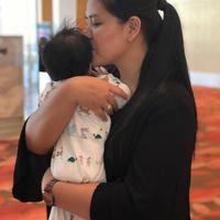 Kahiyang Ayu menunjukkan wajah anaknya di ulang tahun putra Krisdayanti. (instagram/ayanggkahiyang)
