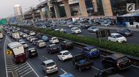 Suasana arus lalu lintas di Tol Dalam Kota Jalan Jend Gatot Subroto, Jakarta, Selasa (18/6/2019). Menurut, TomTom Traffic Index penurunan ini membuat Jakarta turun tiga level, jika 2017 lalu berada di peringkat empat, maka 2018 turun ke posisi tujuh kota termacet. (Liputan6.com/Helmi Fithriansyah)