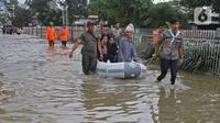 Petugas menggunakan perahu karet mengangkut warga melintasi banjir di Jalan Pondok Raya Gede, Jakarta Timur, Selasa (25/2/2020).  Sejumlah ruas jalan tergenang dan akses ke beberapa wilayah terputus, salah satunya Jalan Pondok Raya Gede. (Liputan6.com/Herman Zakharia)