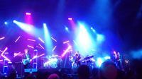 Band asal Perancis M83 menggelar konser perdana mereka di Indonesia. Keriuhan penonton membuat band ini terharu