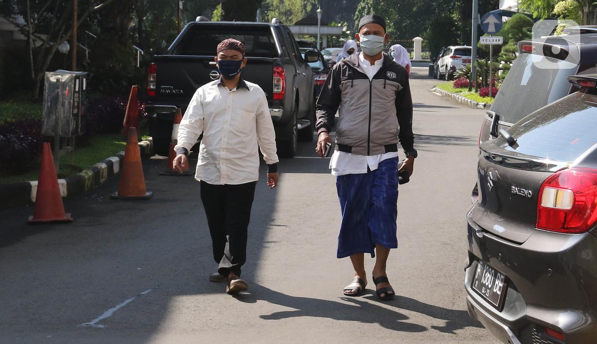 Pegawai negeri sipil (PNS) menggunakan pakaian ala santri untuk bekerja di Balai Kota Bogor, Kamis (22/4/2021). PNS di lingkungan Pemkot Bogor diwajibkan memakai pakaian ala santri setiap tanggal 22 setiap bulannya sebagai wujud penghormatan jasa para santri. (Liputan6.com/Herman Zakharia)
