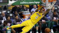 Aksi pemain Los Angeles Lakers, Kyle Kuzma usai melakukan dunk saat melawan Boston Celtics pada laga NBA basketball game di TD Garden, Boston, (8/11/2017). Celtics menang 107-96.  (AP/Winslow Townson)