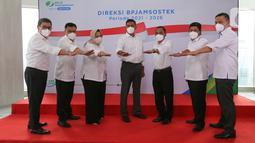 Jajaran Direksi BP Jamsostek saat perkenalan direksi periode 2021-2026 di Plaza BP Jamsostek, Jakarta, Selasa (23/02/2021). Direksi periode 2021-2026 berharap mampu mewujudkan visi dan misi dalam mengelola dana pekerja dan memberikan pelayanan terbaik yang optimal. (Liputan6.com/Fery Pradolo)