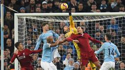 Kiper Manchester City, Ederson, menepis bola saat melawan Liverpool pada laga Premier League di Stadion Etihad, Manchester, Kamis (4/1). City menang 2-1 atas Liverpool. (AFP/Oli Scarff)