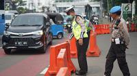 Petugas kepolisian menutup akses menuju Jalan Medan Merdeka Timur, Jakarta, Jumat (14/6/2019). Pengalihan arus dilakukan di sejumlah titik menuju Gedung Mahkamah Konstitusi terkait sidang perdana sengketa Pilpres 2019. (Liputan6.com/Immanuel Antonius)