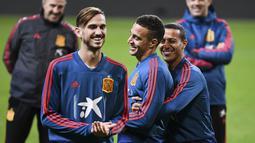 Para pemain Spanyol bercanda saat mengikuti sesi latihan tim di Solna, Swedia (14/10/2019). Spanyol akan bertanding melawan Swedia pada Grup F Kualifikasi Piala Eropa 2020 di Stadion Friends Arena. (AFP Photo/Jonathan Nackstrand)