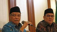 Ketua Umum PBNU Said Aqil Siradj (kiri) saat jumpa pers terkait pembakaran bendera HTI di Kantor PBNU, Jakarta, Rabu (24/10). PBNU menyayangkan aparat keamanan yang kecolongan dengan tidak menindak pengibaran bendara HTI. (Liputan6.com/Herman Zakharia)